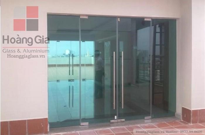 Cửa kính thủy lực 4 tấm Hoàng Gia Glass thi công
