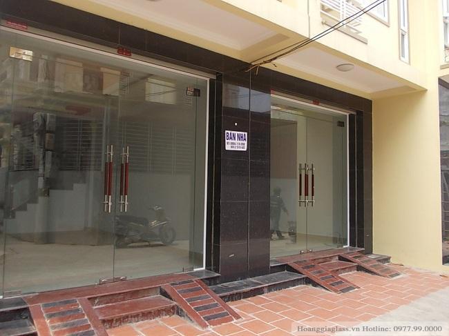Cửa kính thủy lực 2 tấm đảm bảo được sự chắc chắn cho khung cửa nhà