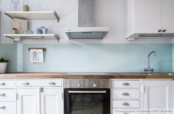 Kính ốp bếp màu trắng xanh hiện đại