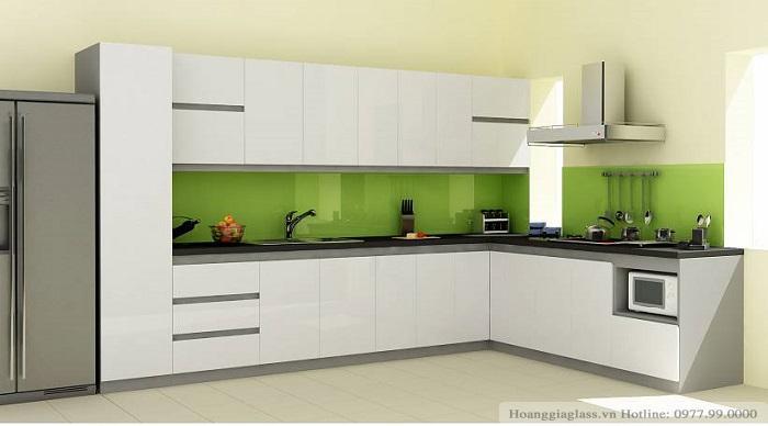 Kính màu ốp bếp xanh non tủ bếp trắng
