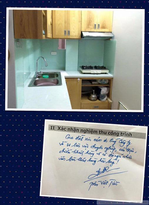Khách lắp kính ốp bếp trắng xanh