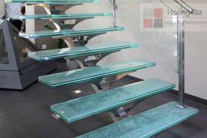 Kính rạn trên cầu thang kính