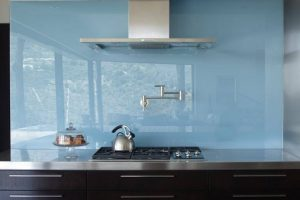Kính ốp bếp màu trắng xanh trang nhã