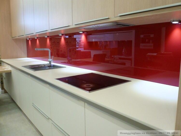 Mẫu kính màu ốp bếp màu đỏ ruby
