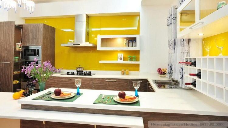 Mẫu kính màu ốp bếp màu vàng chanh