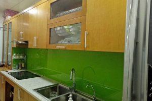 Mẫu kính màu ốp bếp xanh cốm cho người mệnh mộc