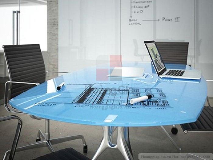 Kính màu trang trí sử dụng làm mặt bàn
