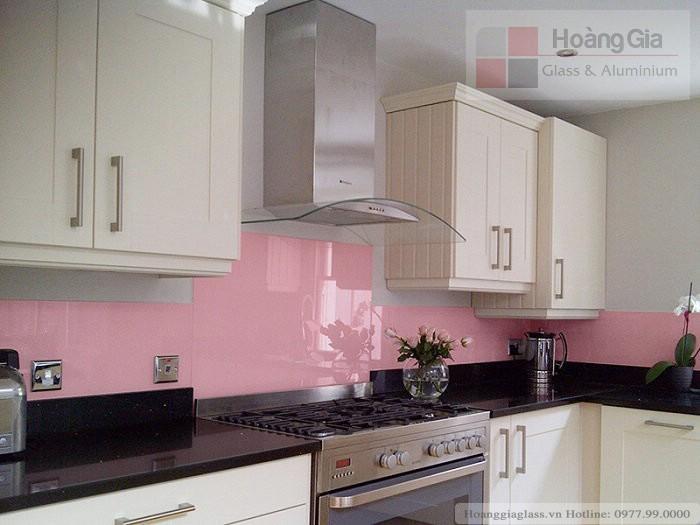 Kính màu ốp bếp màu hồng ấm áp