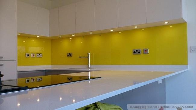 Kính ốp bếp màu vàng tạo cảm giác ấm cúng cho căn bếp