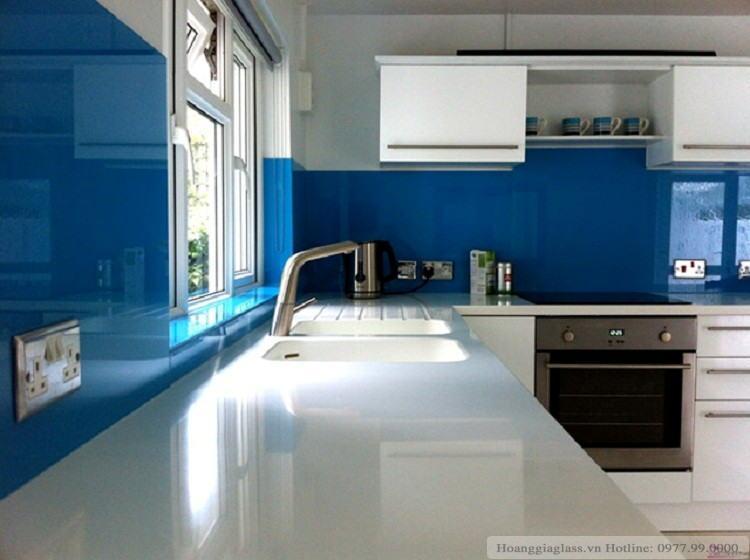 Hình ảnh kính ốp bếp màu xanh dương (mẫu 2)