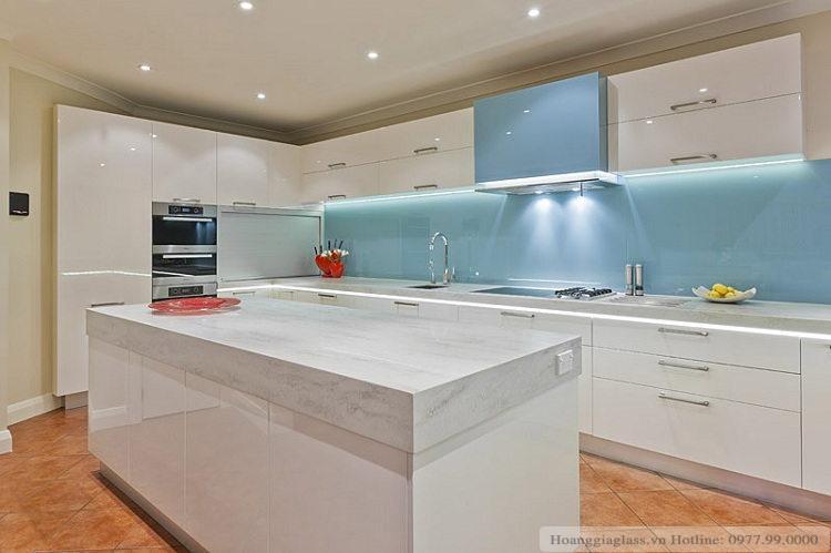 Kính ốp bếp màu xanh ngọc đem lại sự thoải mái mỗi khi vào bếp
