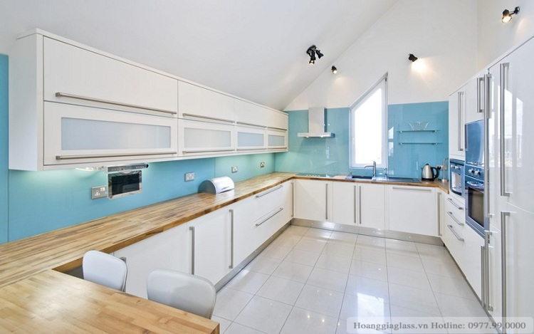 Kính ốp bếp màu xanh ngọc tô điểm cho căn bếp thêm phần sang trọng
