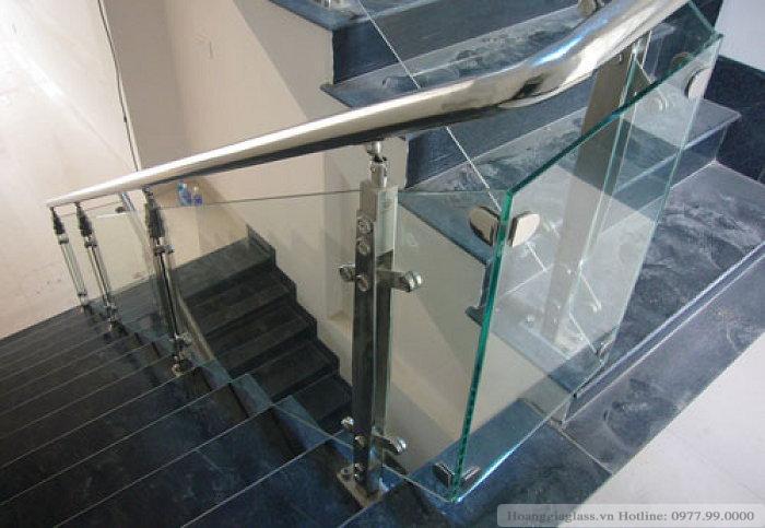 Lan can cầu thang kính sử dụng trụ cao nhỏ gọn