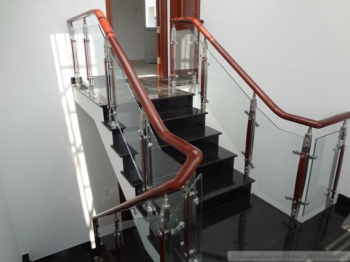 Mẫu cầu thang kính sử dụng trụ cao