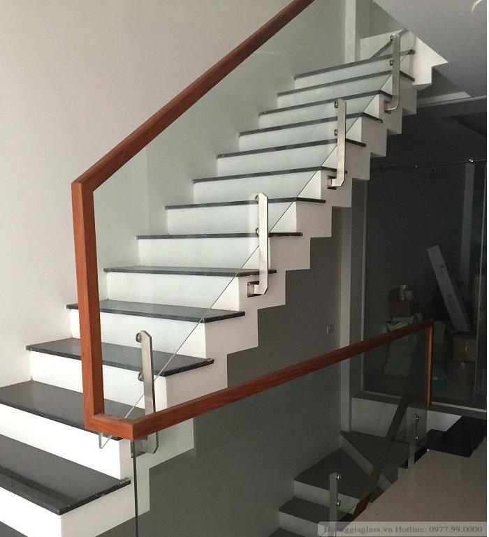 Mẫu cầu thang kính sử dụng pad đơn