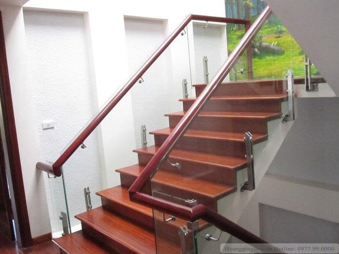 Lan can cầu thang kính sử dụng trụ lùn tại Hà Nội