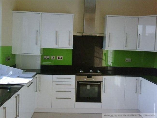 Kính ốp bếp màu xanh non tạo điểm nhấn nổi bật trong căn bếp