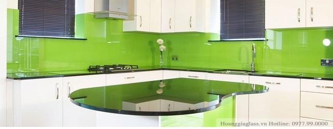 Kính ốp bếp màu xanh non trong một không gian bếp hiện đại