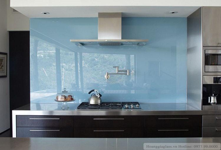 Căn bếp hiện đại với kính ốp bếp màu xanh ngọc