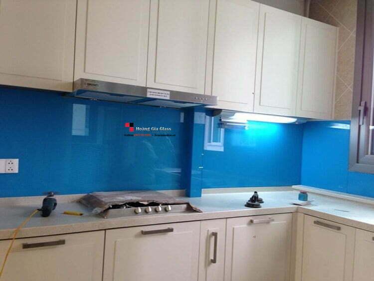 Kính ốp bếp màu xanh dương dễ phối thiết kế cho Mệnh Mộc