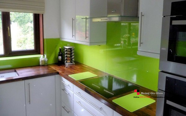 Kính ốp tường bếp màu xanh cốm tuyệt đẹp cho người mệnh Mộc